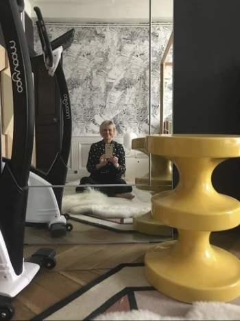 Claude Cartier, dans la méditation du confinement, sur son double tapis Norki - CC-Tapis