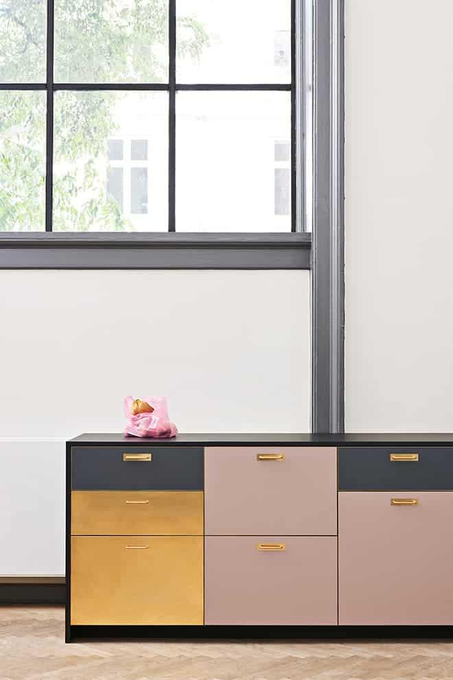 Collection Chelsea, stratifié coloré, laiton doré, top noir. Design Christina Meyer Bengtsson – Reform