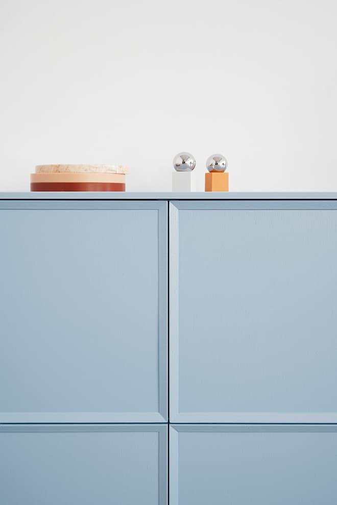 Collection Frame, version laquée bleu clair, top Corian. Note Design Studio – Reform