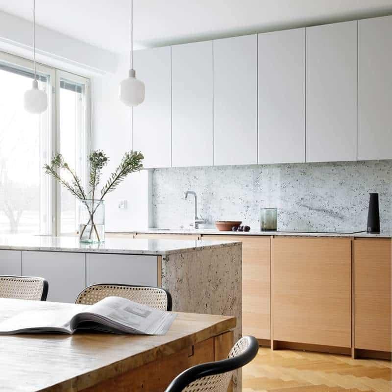 Façades Samsö, chêne naturel et armoires Ingaro, gris plume, top colonial white – A.S.Helsingö