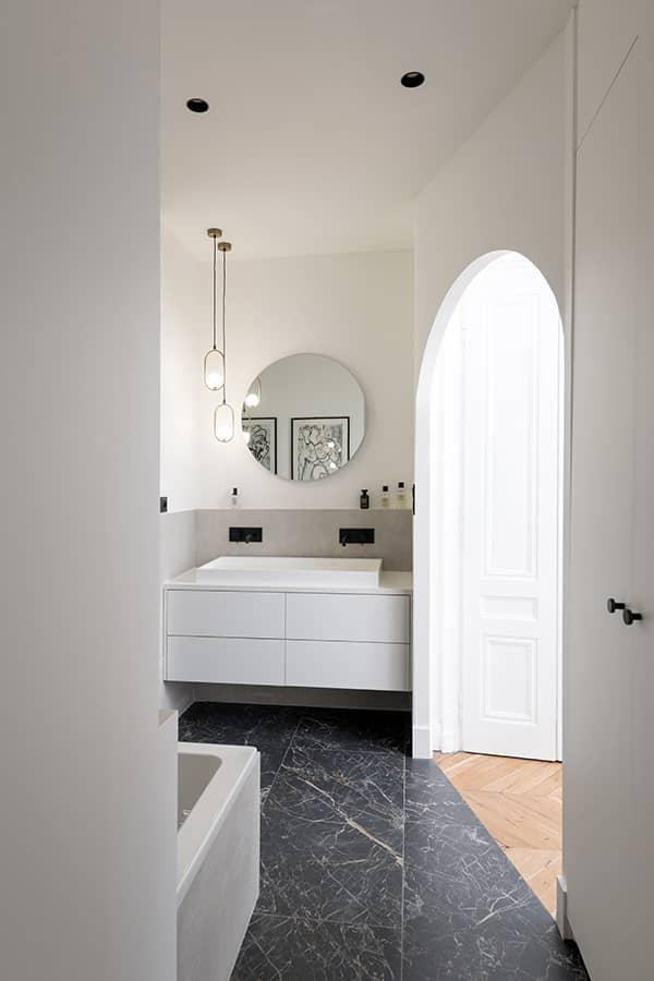 L'accès à la chambre parentale se fait par la salle de bains
