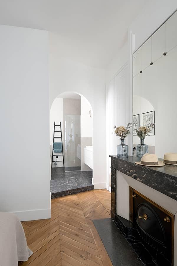 L'arche marque la transition entre le contemporain et l'ancien. La cheminée a inspiré le sol grés cérame imitation marbre