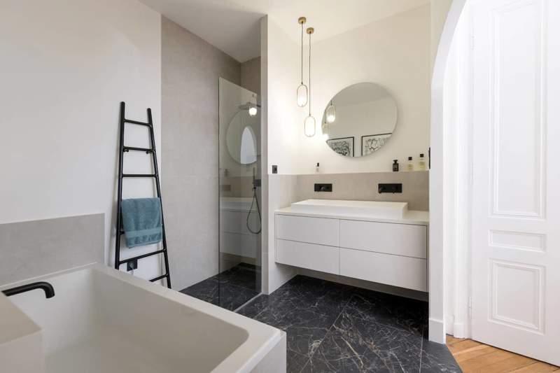 La salle de bains intègre une douche et une baignoire