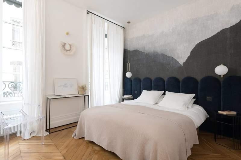 Le panoramique (Élitis) donne le ton de la chambre parentale, à l'origine de la chromatique du tissu de la tête de lit sur-mesure (Atelier Damien Bruneel)