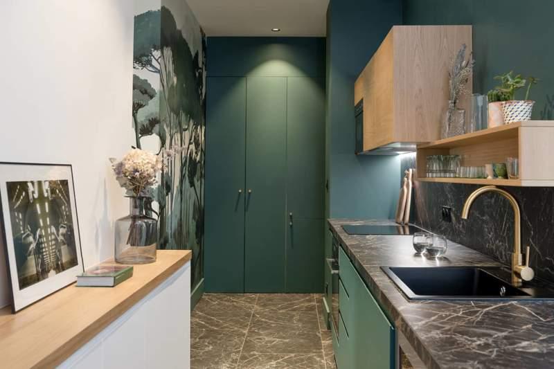 Longiligne, la cuisine réalisée sur-mesure s'étire dans le couloir reliant le salon à la chambre parentale