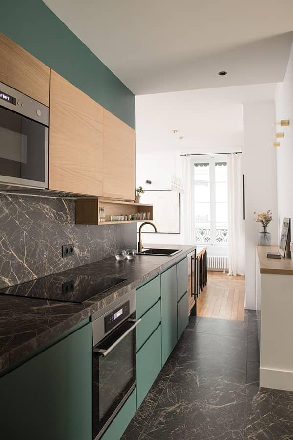 Surélévée, la cuisine fait le lien avec son grès cérame imitation marbre Saint Laurent (Marazzi)