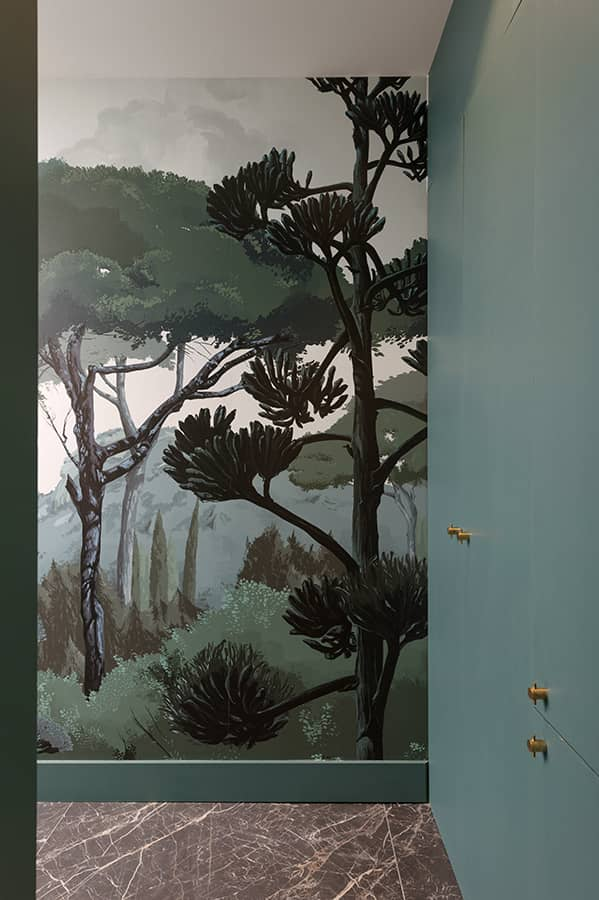Toutes les espaces techniques s'enchaînent, cuisine, rangements et salle de bains. Panoramique Peinture Toscane (PaperMint), à l'origine de la peinture bleu vert (Farrow&Ball)