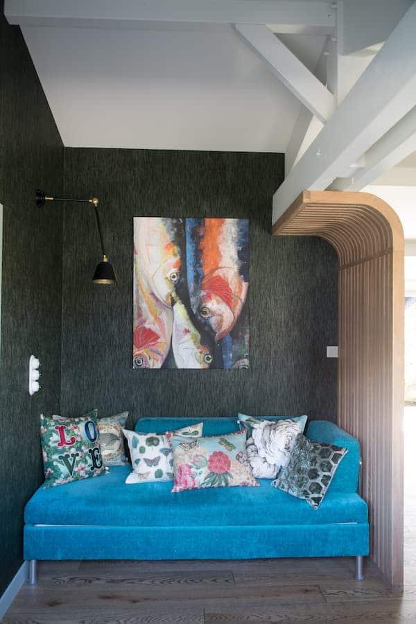 """Bureau. Canapé chiné, tissu et coussins Designers Guild. Applique Eleanor Home. Claustra de Fabien Filleau. Toile Alice """"Escabêche"""""""