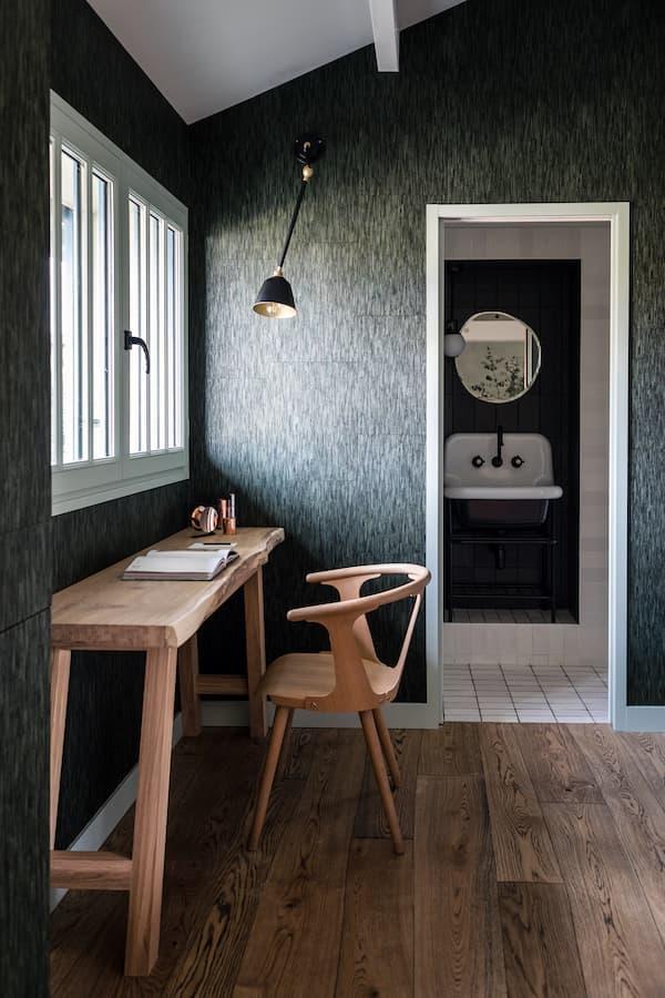Bureau. Console en chêne de Fabien Filleau. Chaise de Sami Kallio. Papier peint Élitis