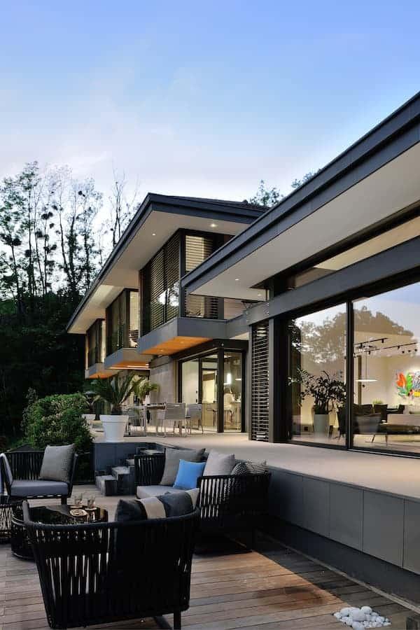 Cette terrasse a été volontairement abaissée afin de profiter d'une vue sans aucun heurt visuel. Mobilier (Kettal)
