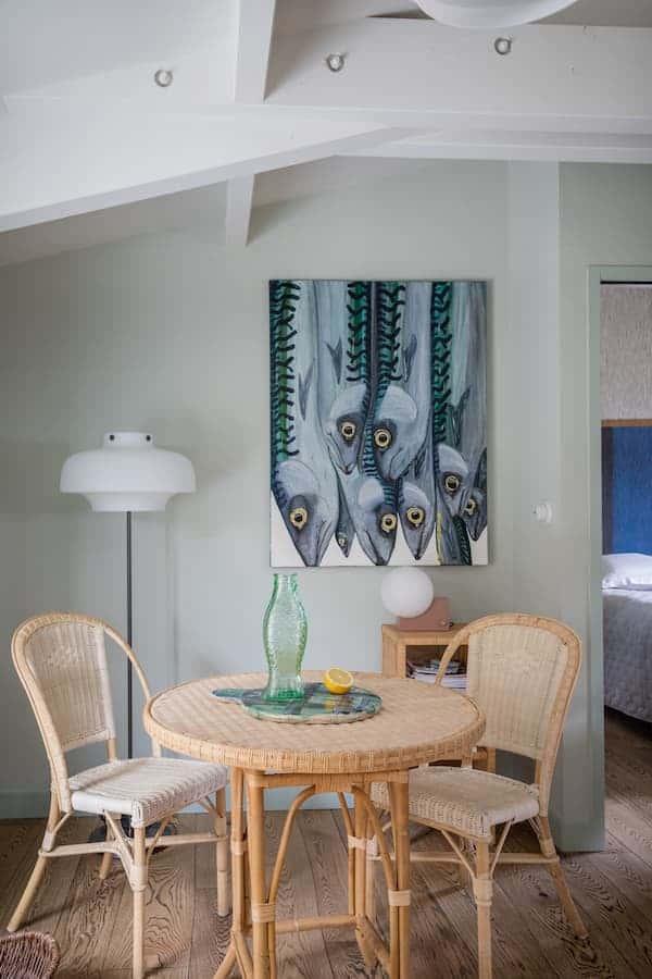 """Espace central. Lampadaire Space Copenhagen. Tables et chaises en rotin Kok Maison. Tableau Alice """"Le bouquet de Maquereaux"""""""