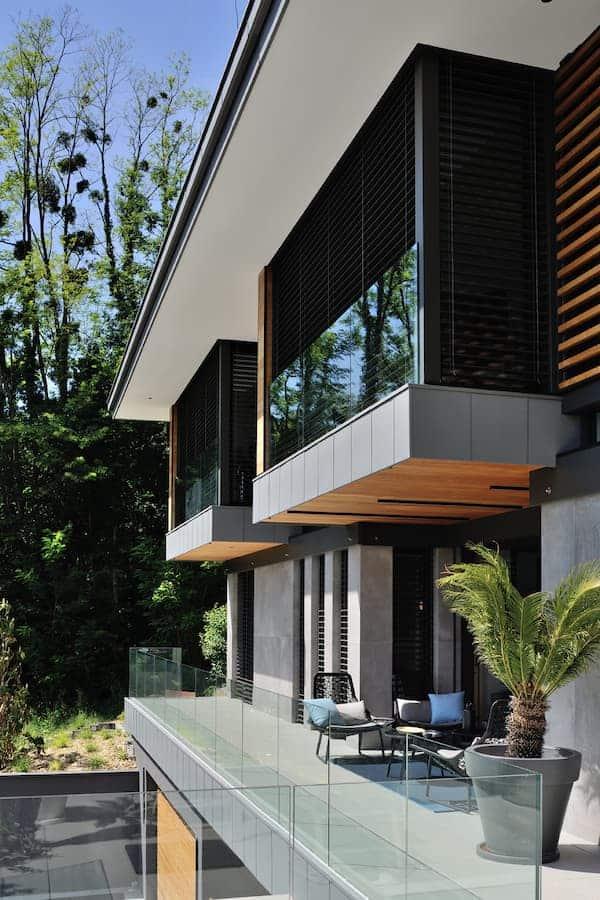 Façades animées par les matériaux et les boîtes cantilevers suspendues au toit