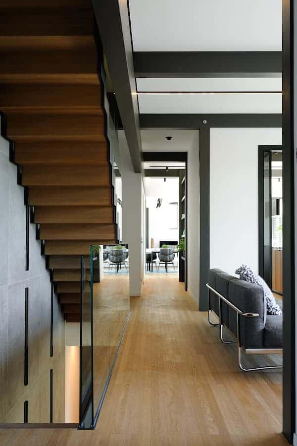 La conception lumière (100 % Light et Macrolux) appuye tour à tour la verticalité et l'horizontalité, à l'instar du parquet chêne (Listone Giordano)