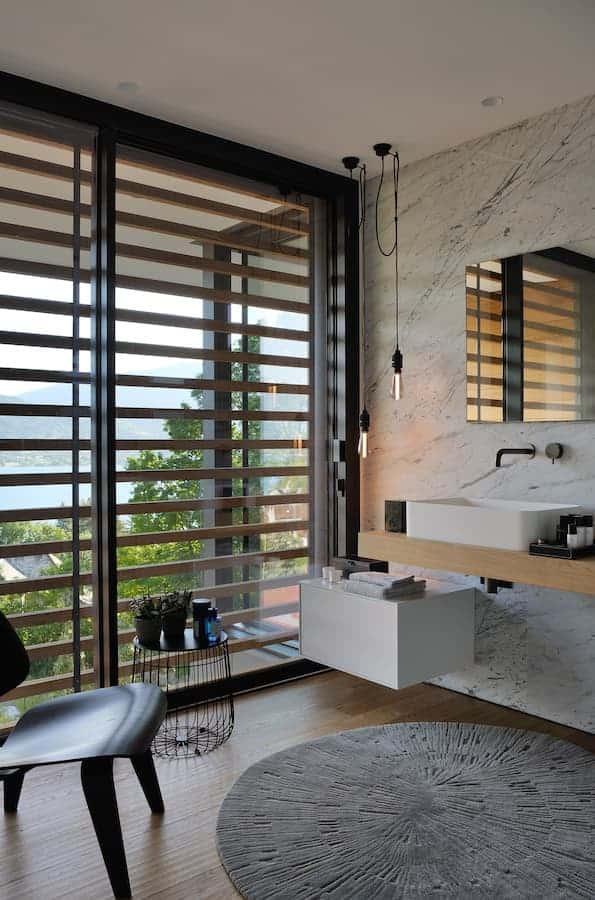 Salle de bains de la master suite. Mobilier Boffi. Chaise Plywood (Vitra). Tapis (J.D. Staron)