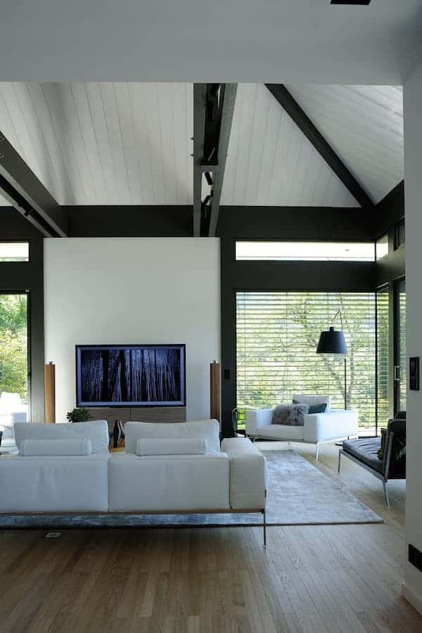 Salon avec structure poteaux-poutre. Canapés (Flexform). Télévision et enceintes (Bang&Olufsen)
