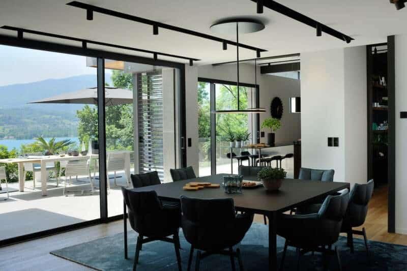 Transition entre la cuisine et le salon, la salle à manger avec les baies vitrées Technal