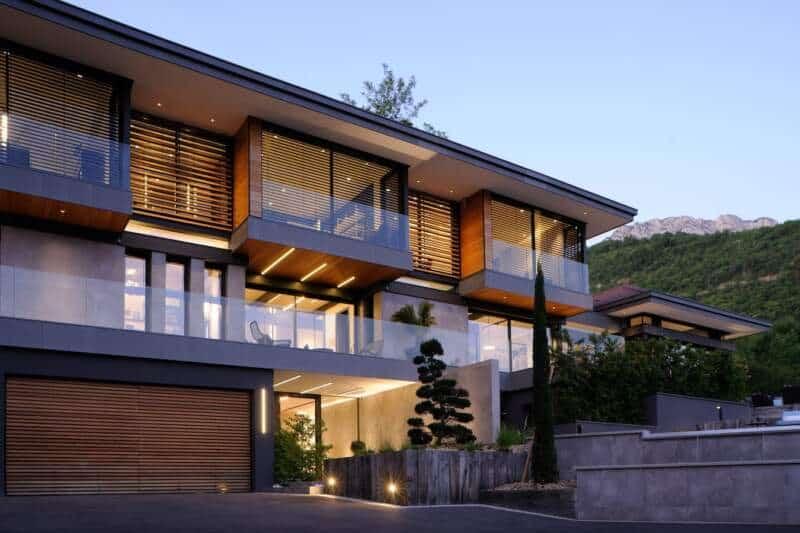 Villa avec façades en chêne et carrelage aspect béton
