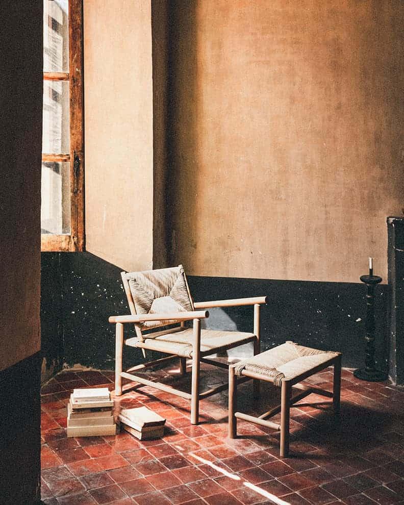 Assise Bergerio et repose-pieds:banc Bancounet. Chêne massif et paille naturelle. ©MIDI