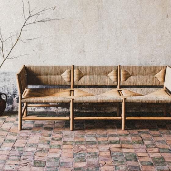 Assise Radassié. Chêne massif et paille naturelle. ©MIDI