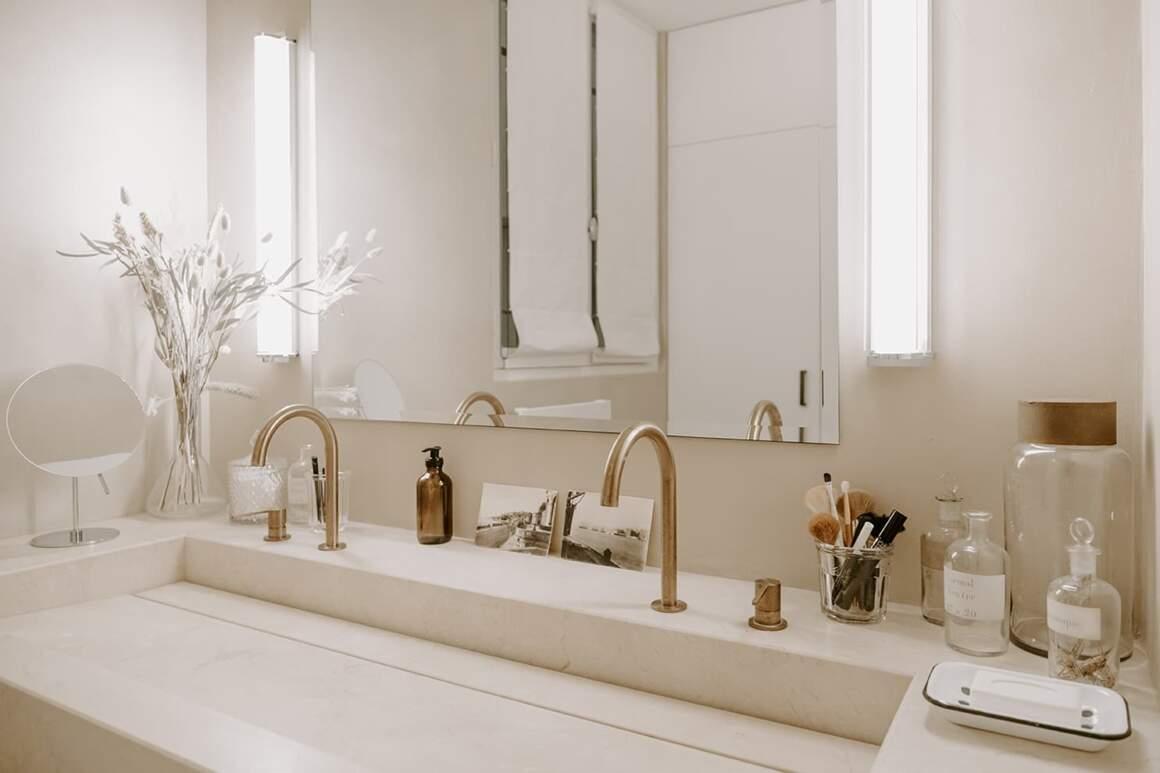 À côté de la chambre parentale, la salle de bains avec vasque en marbre Marfil Coto. Robinetterie Cea, finition cuivre satiné
