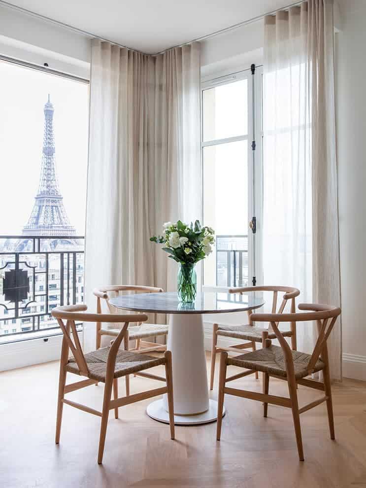 Belvédère privilégié – Table en marbre Bardiglio – chaises Wishbone de Carl Hansen – Voilages Misia