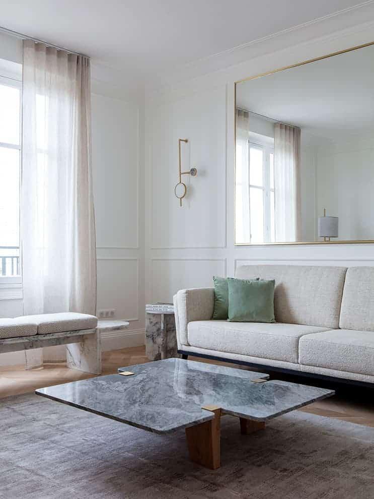 Canapé en tissu Nobilis – Applique en marbres et laiton – Banc en marbre Arabescato – Table basse en mabre Bardiglio. Dessinés par Fabien Roque
