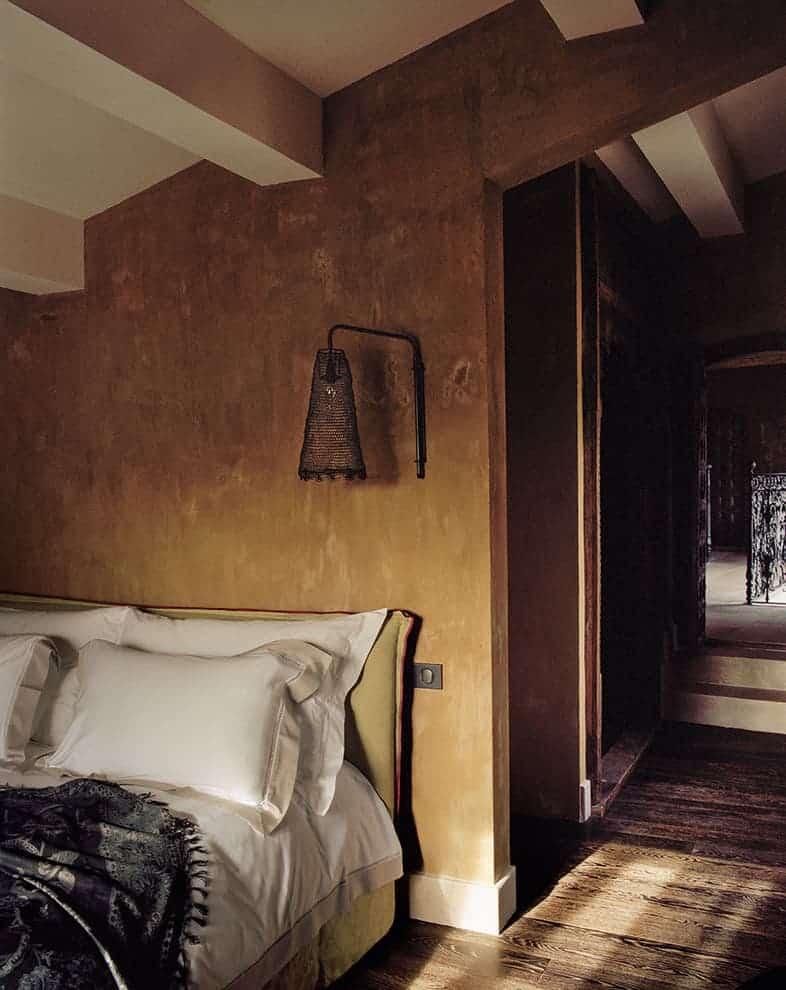 Chambre 3 – 20 m2. Vue sur les jardins et le parc des Alpilles. Parquet en chêne. Salle de bains de 7 m2