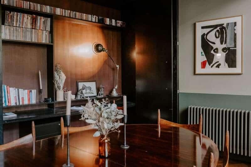 Coin repas avec mur de rangements escamotables et portes-accordéon en frêne teinté noir