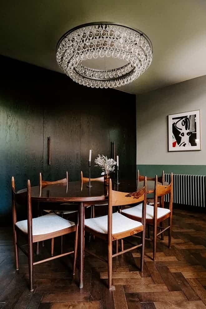 Coin repas sous la mezzanine. Table et chaises des années 1960 – Arne Vodder chez Katia Apelbaum et Arnaud Volfinger – Puces de Saint-Ouen