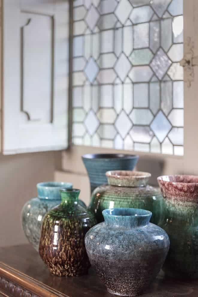 Couloir. Céramiques (Accolay) et vitrail d'origine