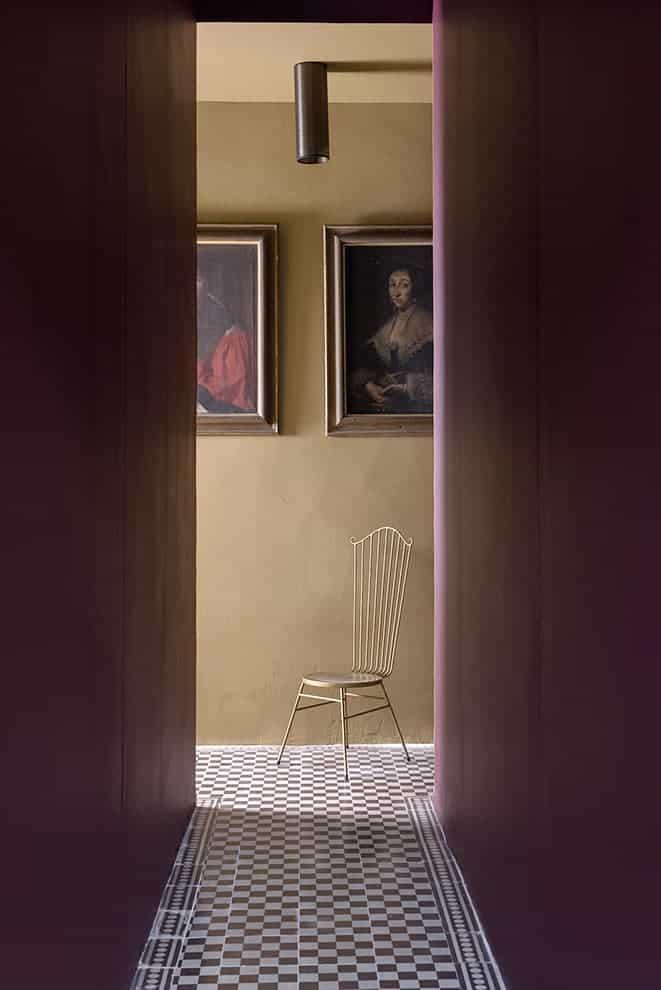 Couloir menant au Fumoir. Chaise (Galerie Nathalie Rives). Coloris Rouge Ebène (Ressource)