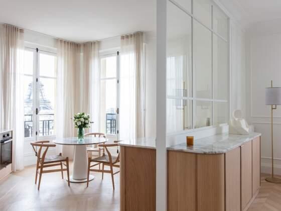 Cuisine sur-mesure avec vue sur la tour Eiffel, dans une ambiance douce et chaleureuse