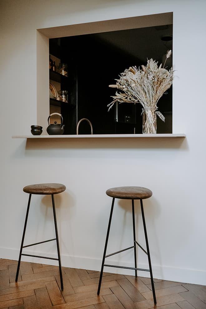 En lieu et place de la salle de bains d'origine, la cuisine accolée à la salle à manger