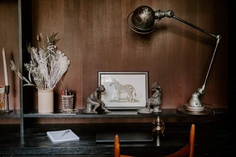 Intégré derrière les portes-accordéon, le bureau d'appoint. Lampe vintage Jieldé chez Selency