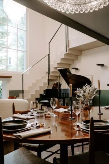 La mezzanine délimite naturellement les espaes entre le salon et la salle à manger