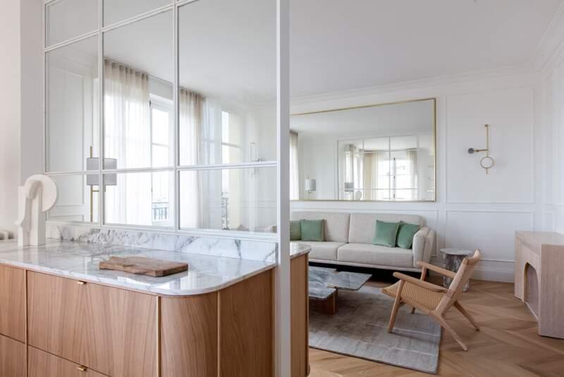 Lien entre la cuisine et le salon, la verrière. Fauteuil CH25 – Carl Hansen