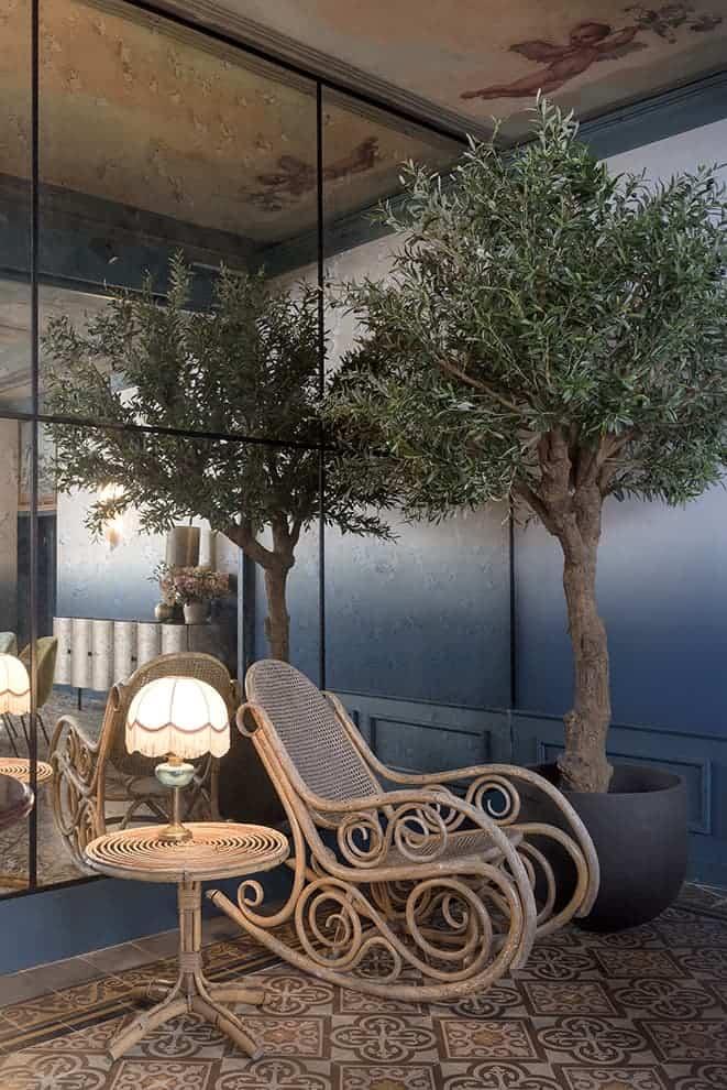 Salon Blanchet. Parement mural en miroir vieilli. Rocking-chair et table basse chinés