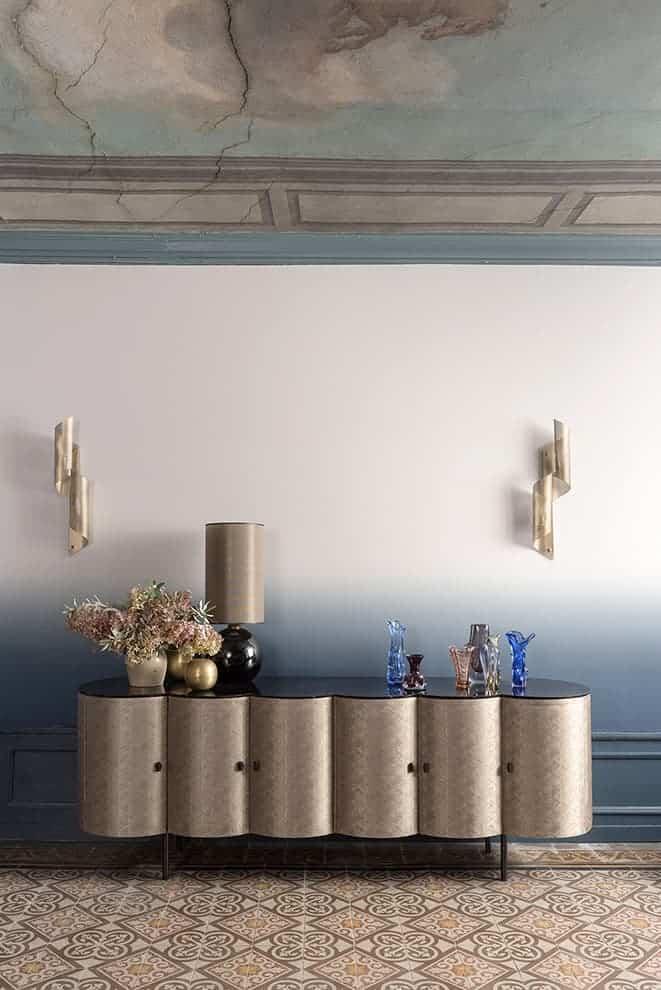 """Salon Blanchet. Toile tendue """"tie and dye"""" (Dedar). Enfilade Céleste dessinée par Nathalie Rives"""