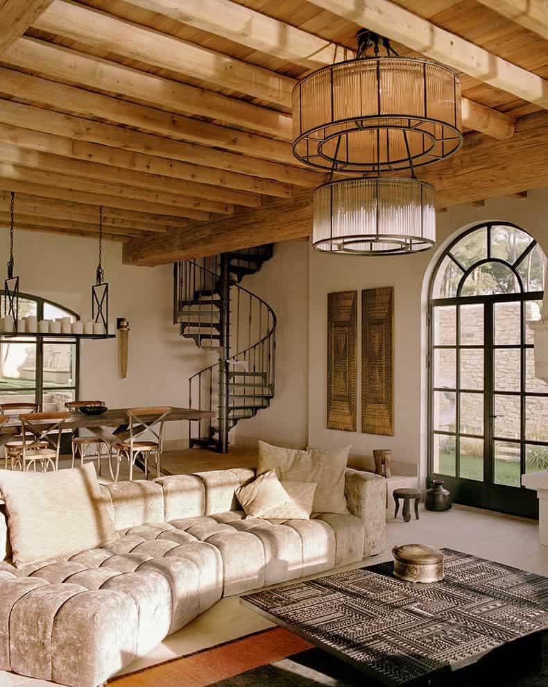 Salon de 70 m2. Pierres calcaires des Baux, enduits en argile, sable, chaux et pigments végétaux sur les murs