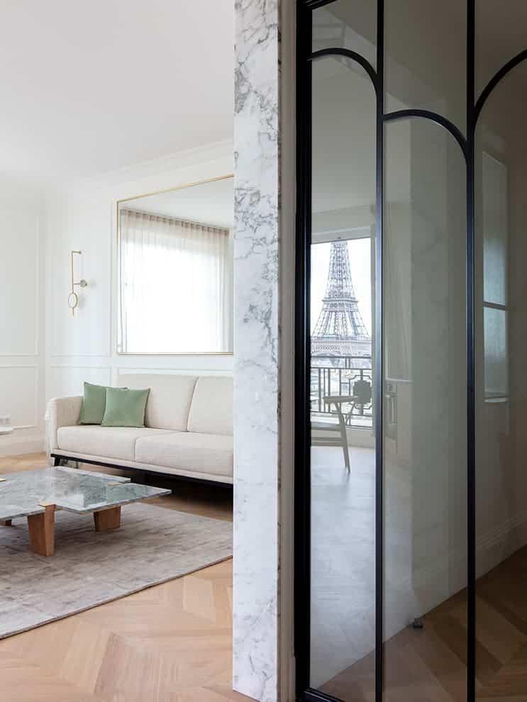 Sas d'entrée marqué par une porte en verre style Art déco revisité menant aux chambres