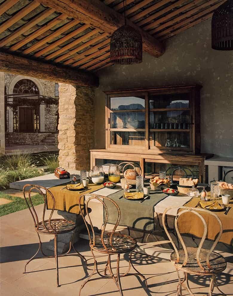 Table d'hôtes extérieure, à l'ombre du poolhouse