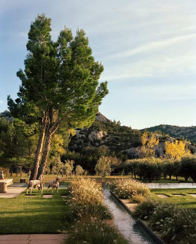 Vue depuis La Bastide de Fléchon. Olivers centenaires, jardin paysagé, piscine à débordement