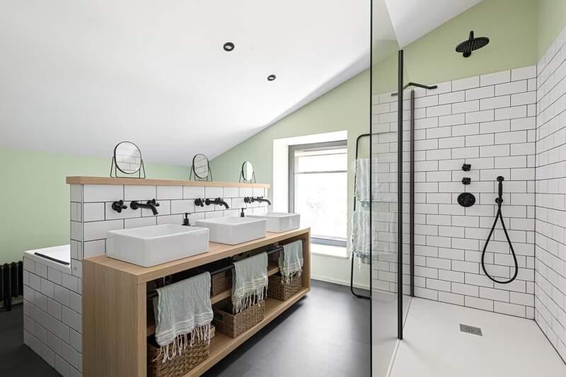 À l'étage des enfants, la salle de bains arbore un style écolier. Meuble vasques dessiné par Régis Lannoy. Robinetterie Fantini