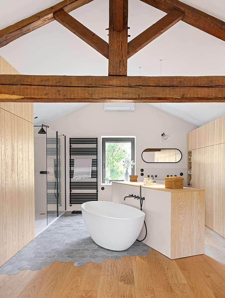 Au dernier étage, la suite parentale met en scène une salle de bains XXL