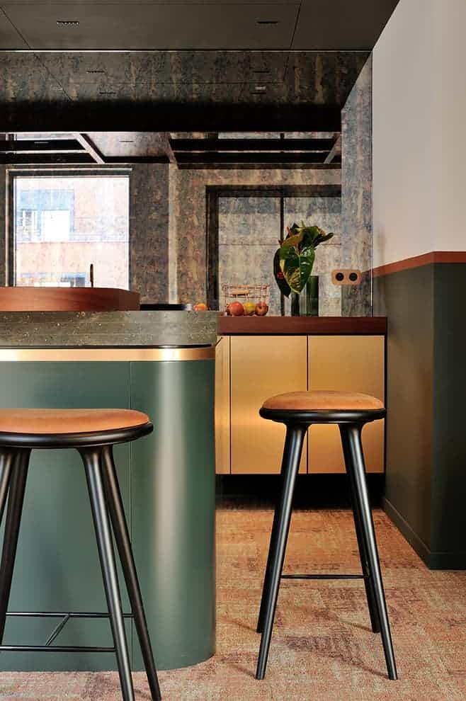 Au dessus de la kitchenette dissimulée derrière le bar, la trappe discrète donnant accès à la machinerie