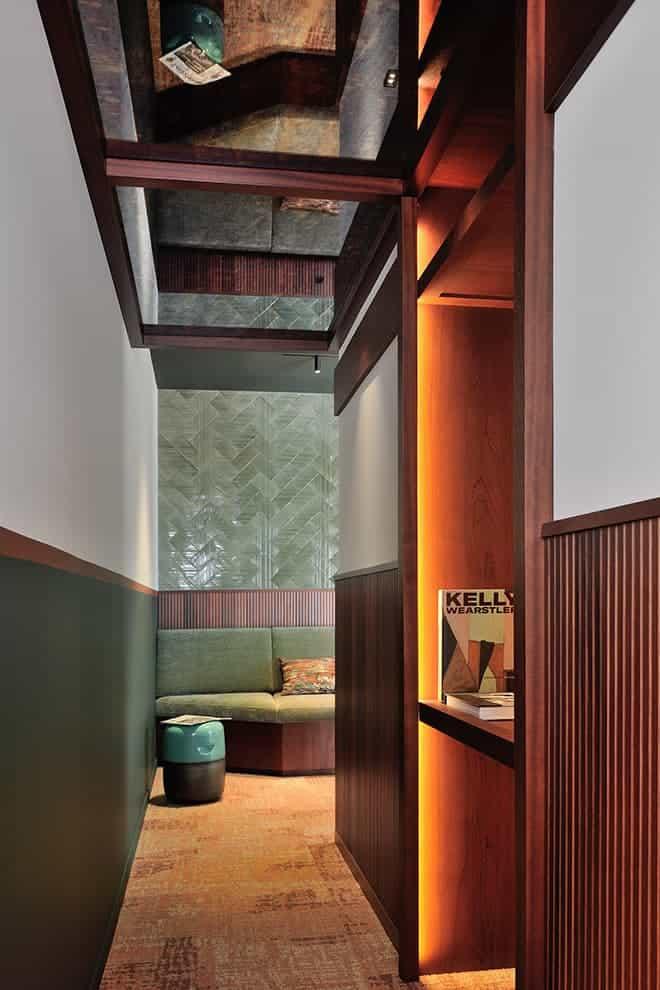 Au dos du pilier central, un couloir menant à l'arrière-cuisine, éclairé par le jeu de miroirs antiques