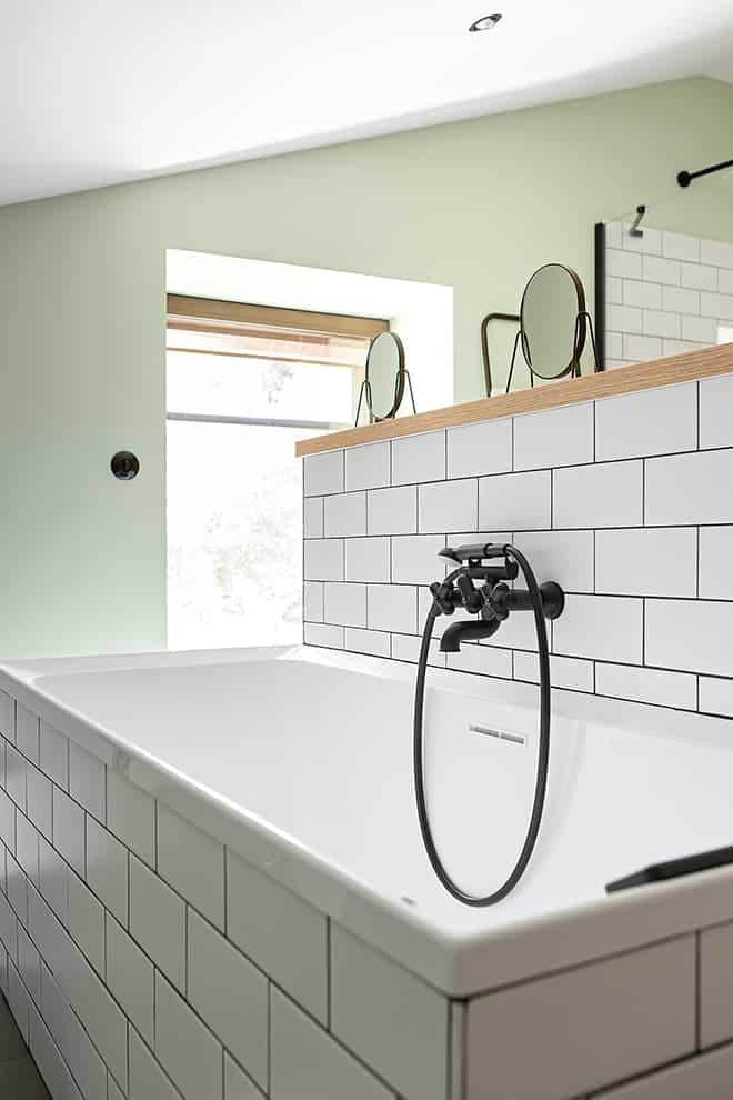 Au verso du meuble vasque, la baignoire essentielle pour les enfants. Robinetterie Fantini