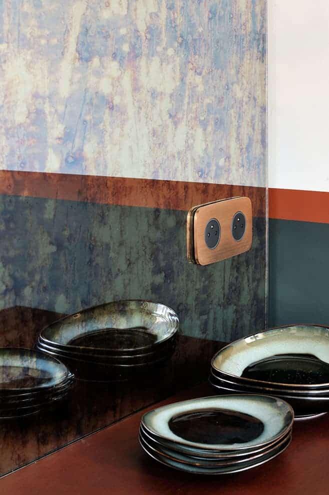 Crédence en miroir antique, reprenant la trame chromatique verte et orangée. Appareillage (Art d'Arnould)