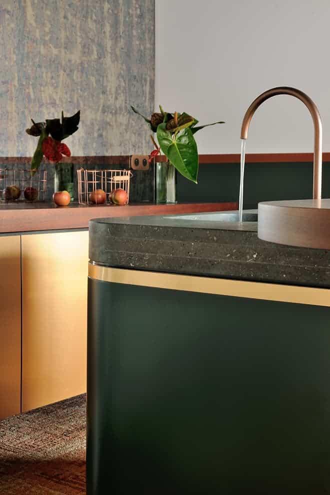 Kitchenette avec crédence toute hauteur en miroir antique. Façades métalliques (Pure Paper – Oberflex). Robinetterie (Fantini)
