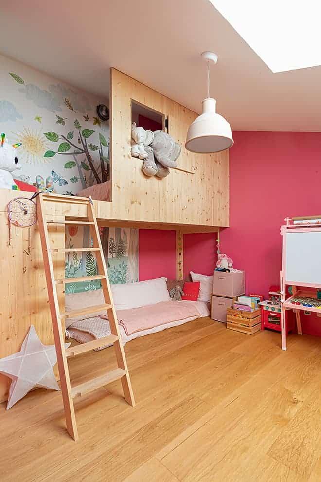 La chambre de la petite dernière imaginée comme une cabane aux multiples fonctions. Papier peint Villa Nova – Histoires d'Intérieurs